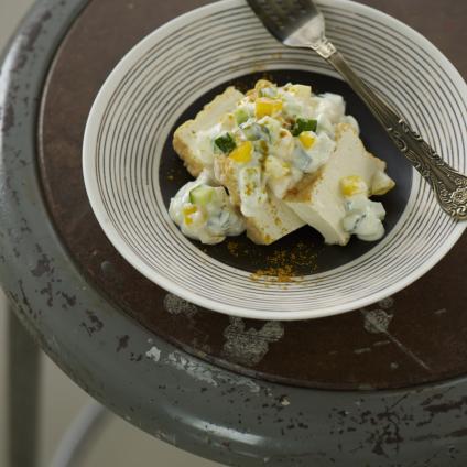 フードスタイリスト津幡ともこの作品-厚揚げときゅうりのヨーグルトサラダ カレー風味